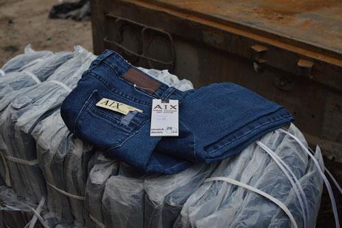 Tạm giữ lô quần bò Lacoste giá 7.000 VNĐ - 1