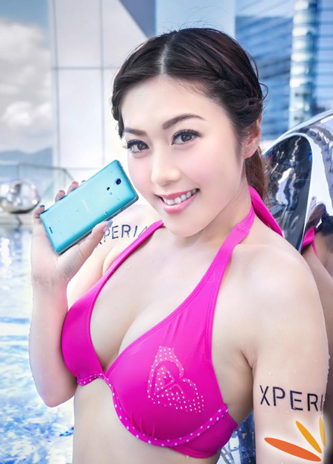 Càng có nhiều smartphone chống nước, những cô nàng chân dài càng có dịp diện bikini khoe thân hình bốc lửa và 'tắm' cùng smartphone.