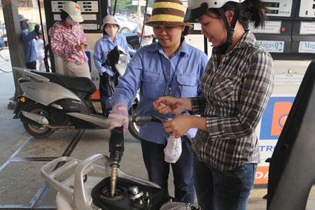 DN tự định giá xăng: Người tiêu dùng thiệt - 1