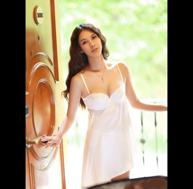 Chompoo tên thật là Araya Alberta Hargate, sinh ngày 28 tháng 6 năm  1981, mang hai quốc tịch Thái Lan và Anh.