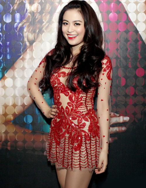 Váy ngắn nóng bỏng của Hoàng Thùy Linh - 1
