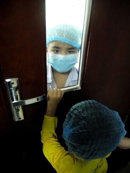 Bé gái 5 tuổi hiến tủy cứu chị ruột: Giây phút gặp lại - 1