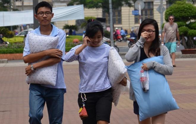 Giới trẻ Sài Gòn mang gối ra... đánh nhau - 1
