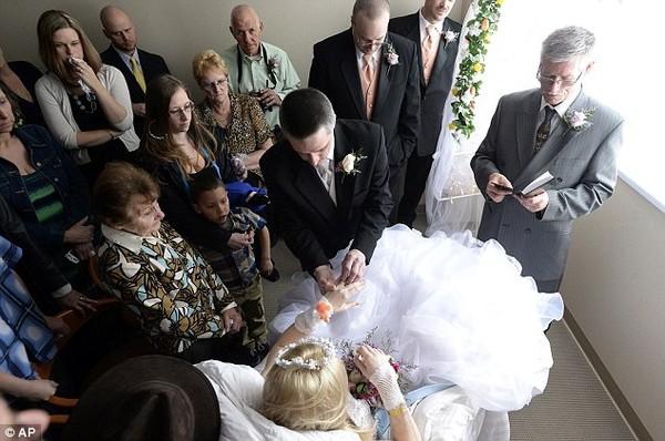 Đám cưới đẫm nước mắt của cô dâu ung thư - 1