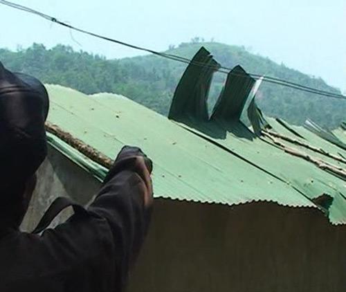 Lốc xoáy kinh hoàng, hàng trăm mái nhà bị cuốn phăng - 1