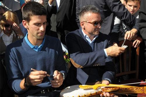 """Cha Djokovic có chiêu """"độc"""" giúp con tập tennis - 1"""