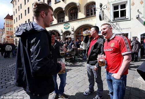 Sôi động C1: CĐV MU vui vẻ ở Munich - 1