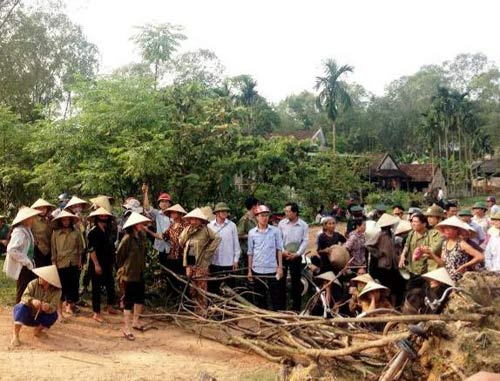 100 cảnh sát giải cứu 4 đồng nghiệp bị dân vây đánh - 1