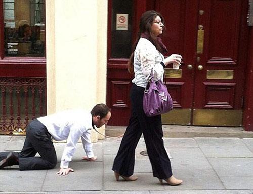 Người đàn ông bị buộc cổ, phải bò trên phố - 1