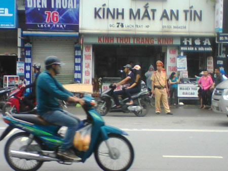 Hải Phòng: Nam thanh niên chết gục trên xe máy - 1