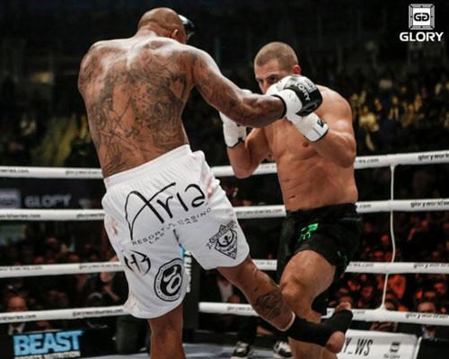 UFC: Gãy gập chân sau đòn phang ống - 1