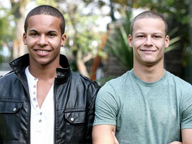 Cặp anh em sinh đôi khác màu da đến từ Anh James và Daniel Kelly