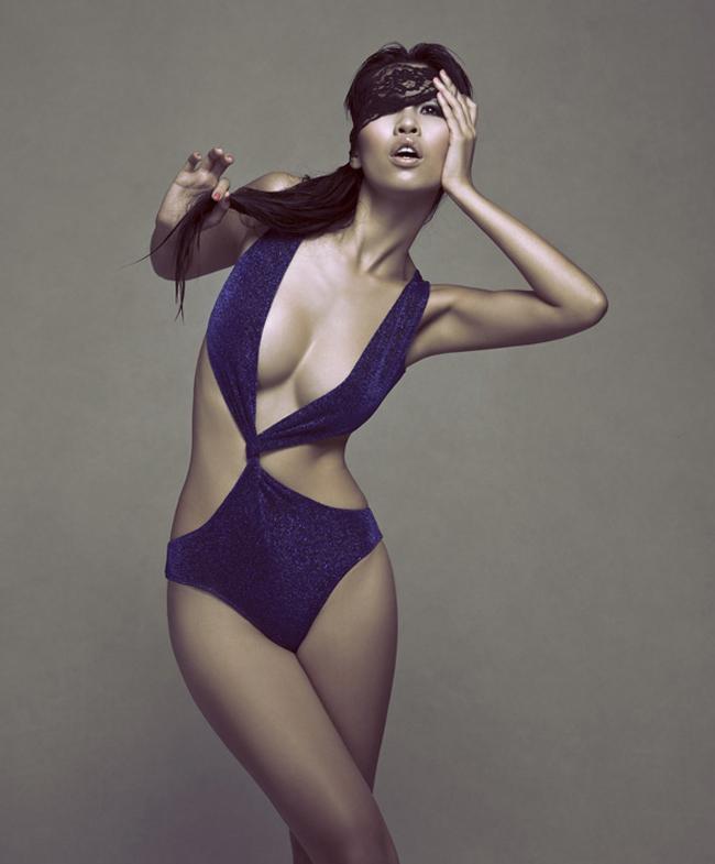 Hà Anh với mẫu áo tắm màu xanh tím sexy