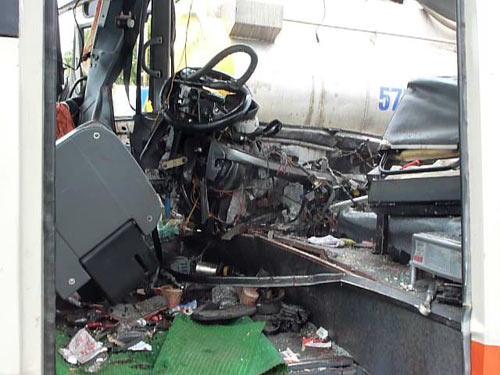 Clip hiện trường vụ xe khách đâm xe bồn, 5 người chết - 1