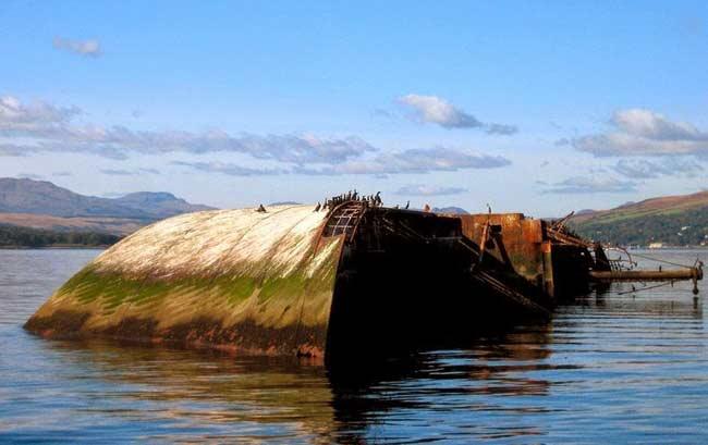 3.Tàu Mv Captayannis ở sông Clyde (Scotland).Mv Captayannis là một con tàu của Hy Lạp bị chìm trên sông Clyde (Scotland) vào năm 1974 sau khi va chạm với một tàu chở dầu trong một cơn bão lớn.Tàu chở dầu không có thiệt hại gì nhưng xích neo của nó đã đâm thủng tàu Captayannis khiến cho nước tràn vào khoang. Thuyền trưởng của tàu Captayannis đã cố gắng đưa nó vào trong vùng nước nông hơn để tránh chìm và khiến con tàu bị mắc kẹt ở đó. Toàn bộ các phụ kiên có giá trị trên tàu đã bị cướp hết, tuy vậy con tàu vẫn giữ được nét đẹp của mình.