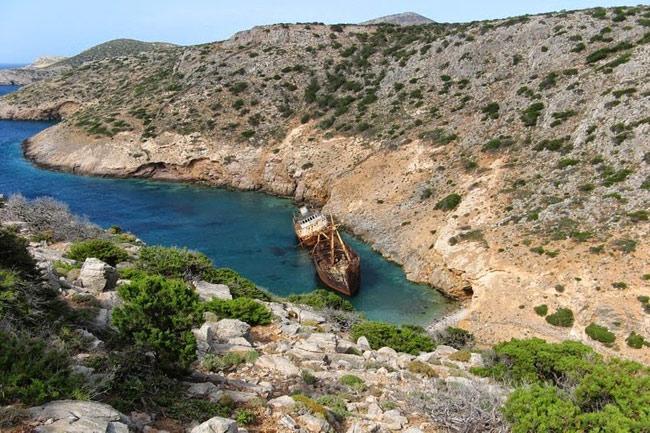 6.Tàu Olympia ở đảo Amorgos (Hy Lạp).Olympic là một con tàu buôn bị mắc kẹt trên bờ biển gần thị trấn Katapola, thuộc đảo Amorgos (Hy Lạp).