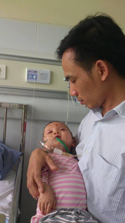 Nỗi đau của người cha bế đứa con bất động vì sởi - 1