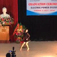 Nữ sinh nhảy sexy trong lễ tốt nghiệp ở HN