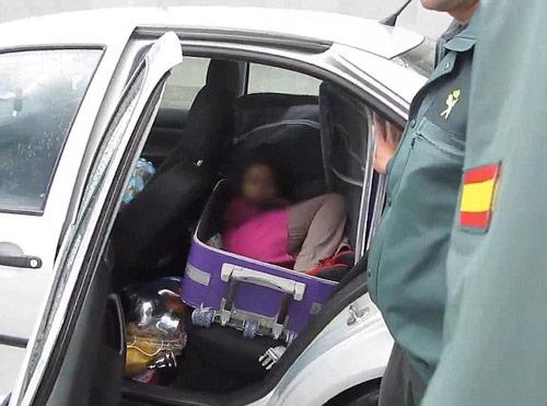 Tây Ban Nha: Bố giấu con trong vali để qua mắt hải quan - 1
