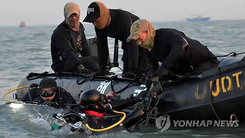 HQ dồn sức trong ngày cuối tìm nạn nhân phà Sewol - 1