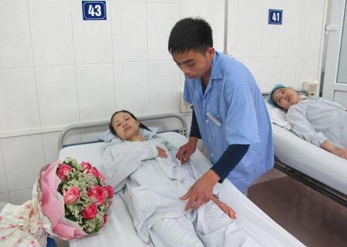 Đám cưới trước giờ mổ: Cô dâu được phẫu thuật thành công - 1