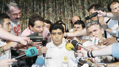 """World Cup còn 49 ngày: FIFA chống những """"Maradona"""" - 1"""