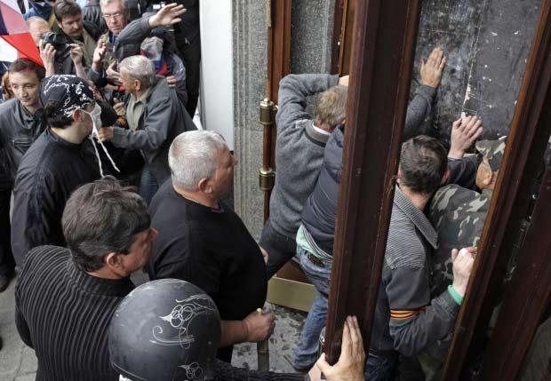 Hàng trăm cảnh sát Ukraine bị vây hãm ở Lugansk - 1