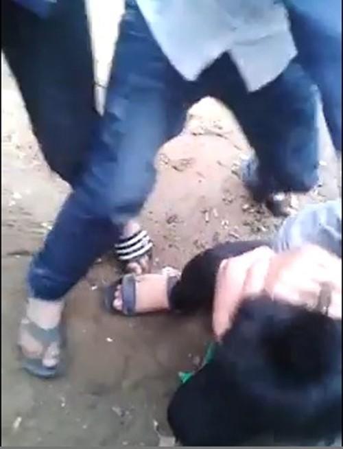 Clip nam sinh Thanh Hóa bị đạp tới tấp vào mặt - 1