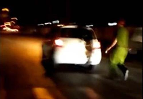 Nữ tài xế đập dép vào mặt cảnh sát, hất lên nóc capô - 1