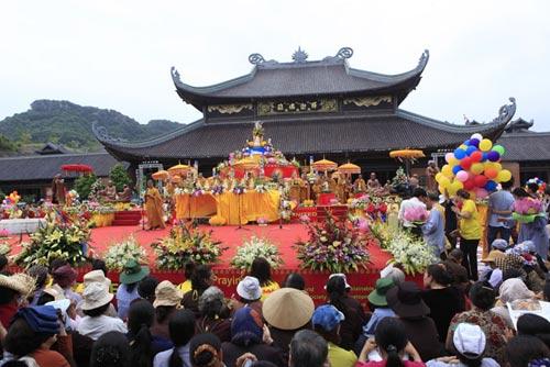 Chùm ảnh: Dân tranh nhau té nước... tắm cho Phật - 1