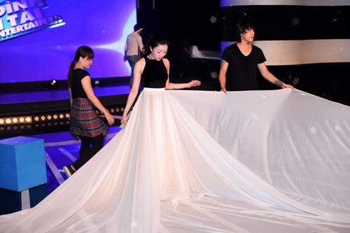 Phạm Thu Hà mặc váy khủng hóa Bạch Tuyết - 1