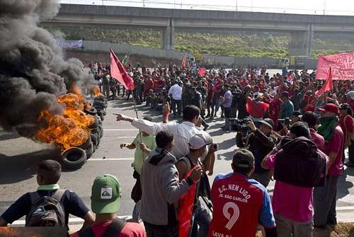Bạo loạn kinh hoàng ở Brazil phản đối World Cup - 1