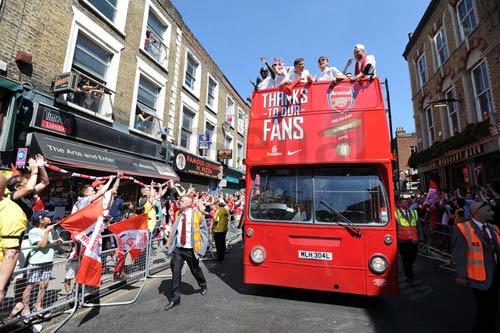 Arsenal tưng bừng mang cúp tri ân CĐV - 1