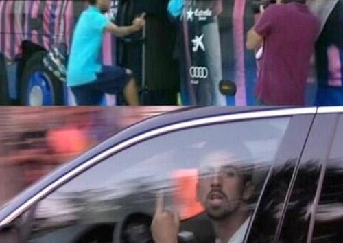 """Dani Alves giơ """"ngón tay thối"""" với fan Barca - 1"""