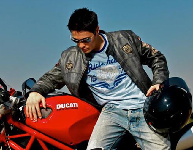 Vóc dáng hoàn hảo, vẻ đẹp khỏe khoắn của Johnny Trí Nguyễn cực kỳ phù hợp với dòng mô tô khủng này