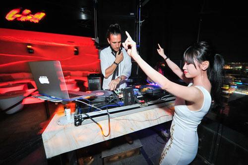 Người tình tin đồn của Yanbi nhảy múa bên DJ quốc tế - 1