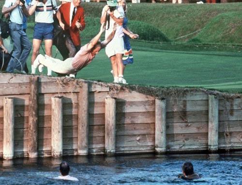 Golf: Vô địch, lao xuống hồ... ăn mừng - 1