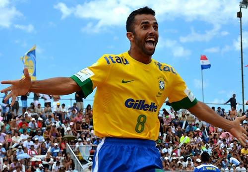 Sao Brazil ghi bàn thắng kinh điển trên sân cát - 1