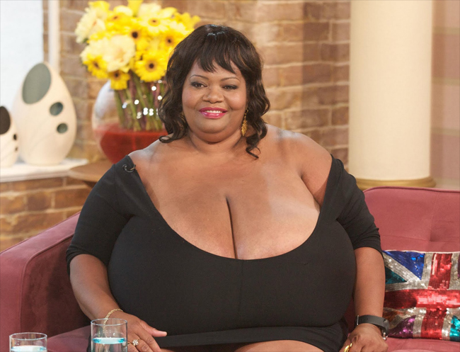 Khi đi ra ngoài, bà luôn mặc cỡ áo ngực cực khủng có kích thước là102ZZZ.