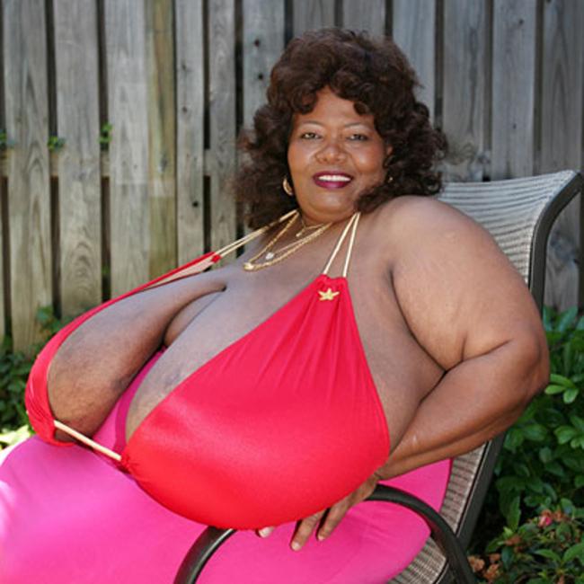 Bà Turner, 53 tuổi, ở Atlanta, bang Georgia (Mỹ) đãphá kỷ lục thế giới Guinness về kích cỡ của ngực.