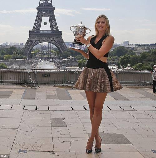 Sharapova diện váy gợi cảm khoe cúp trước tháp Eiffel - 1