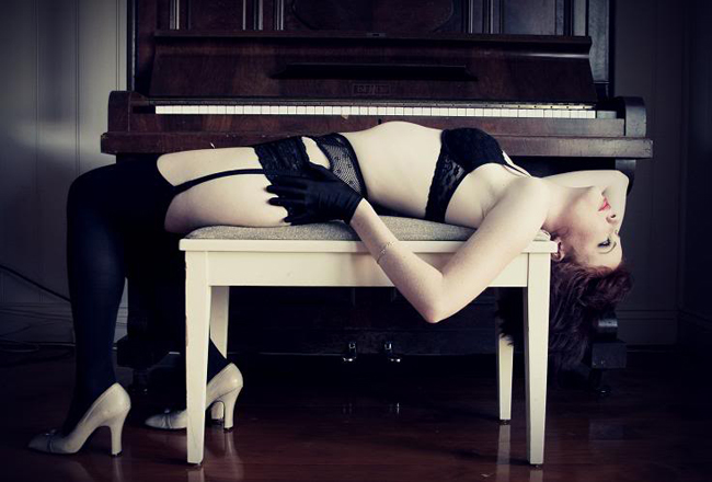 """Tháng 11/1983, bảo vệ một cửa hàng tên là Jimmy Ferrozzo và vũ công Thereas Hill quyết định làm """"chuyện ấy"""" trên chiếc đàn piano. Trong khi đang """"mây mưa"""", họ vô tình khởi động thiết bị nâng chiếc đàn lên, dẫn đến mắc kẹt giữa đàn piano và trần nhà."""