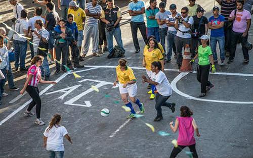 Gái mại dâm Brazil tổ chức đá bóng đòi quyền lợi - 1