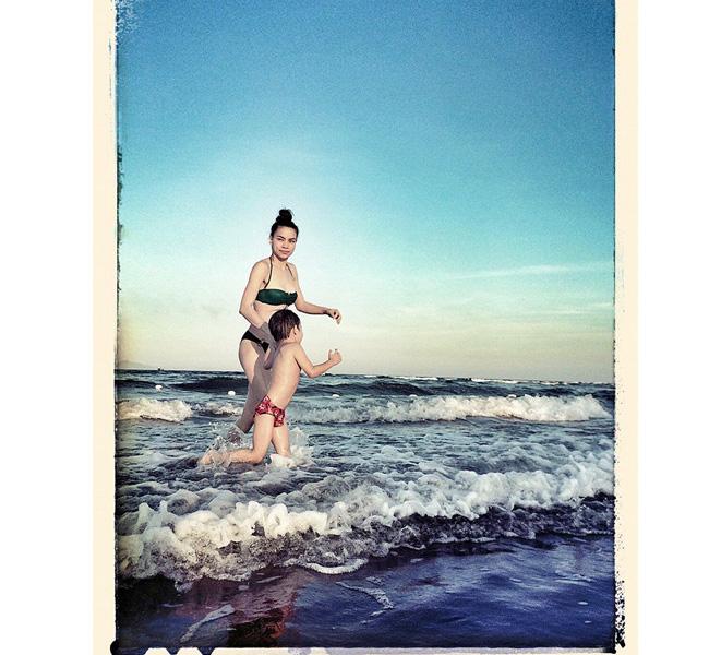 Hồ Ngọc Hà vui đùa bên quý tử trong bộ áo bơi màu xanh đẹp mắt.