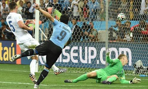 """GÓC 3D: Suarez """"nã đạn"""" rách lưới tuyển Anh - 1"""