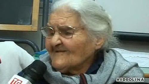 Cụ bà 99 tuổi nhận bằng tốt nghiệp... trung học cơ sở - 1