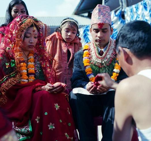 Kỳ lạ: Bố vợ rửa chân cho con rể trong lễ cưới - 1