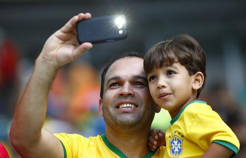 Muôn kiểu chụp ảnh tự sướng của CĐV ở World Cup - 1