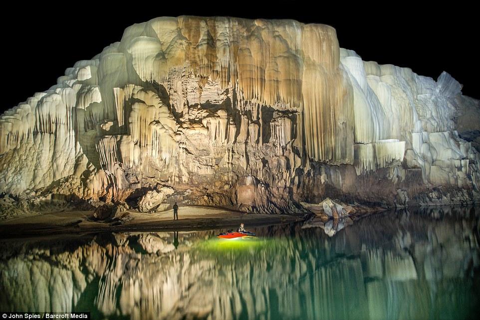 Nhiếp ảnh gia John Spies (59) tuổi đã ghi lạinhững hình ảnh phiến đá kiến tạo lạ mắt và dòng sông xanh ngọc lục bảo bên trong hệ thống hang độngTham Khoun Ex,Lào.