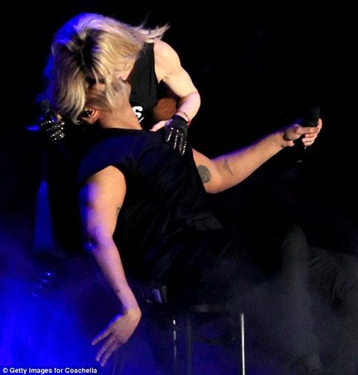 Sốc với màn cưỡng hôn của U60 Madonna với trai trẻ - 1